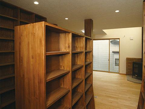 6、造作本棚には○の木を使用2