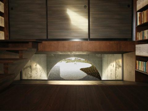 12、半月窓から覗く日本庭園