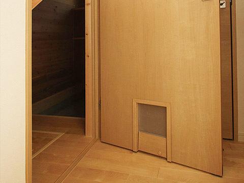8-2、猫ドア付き階段下収納2